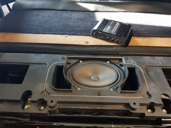 Heute das original Bassgehäuse verbaut und den MiniVerstärker verkabelt. Für etwas mehr Bum bum reicht es erstmal, aber kommt sicherlich noch eine andere Box rein